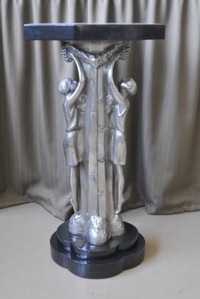 Art déco français Bronze Figurine Side Table dessus en marbre