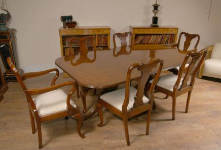 Regency Pedestal Table à manger dans les tableaux de noix