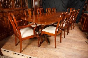 Walnut Ensemble repas Regency Table & Queen Anne Chaises Suite
