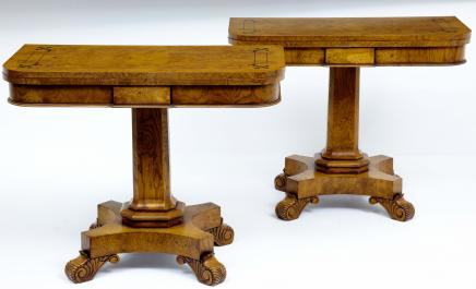 Paires de Walnut thé Tables Regency
