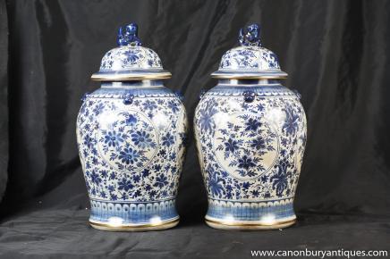 Paire Bleu et Blanc Porcelaine chinoise à couvercle Urnes Jars Ginger Nankin