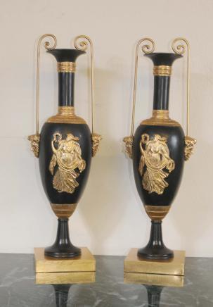 Paire Empire classique marbre Urnes Ormolu Maiden Amphora Vase