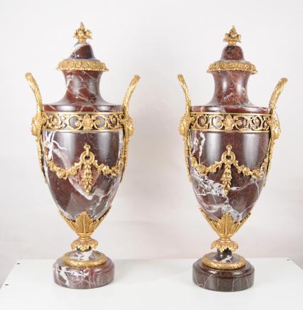 Paire Empire français marbre Amphora Urnes Vases Ormolu
