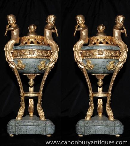 Paire Empire français marbre Cherub Bols sur Stands Urnes Ormolu