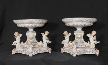 Paire allemande Porcelaine Cherub Stands vaisselle Plaques de Soupière