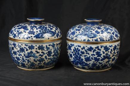 Paire chinois Kangxi bleu et blanc en porcelaine à couvercle Urnes Pots