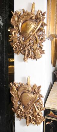Paire doré sculpté français héraldique mur d'affichage