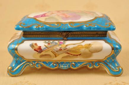 Sèvres Porcelaine française Chérubin Bijoux Box Case