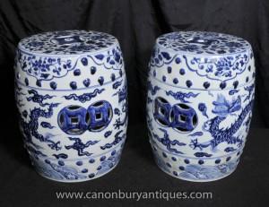 Paire chinoise Ming porcelaine bleue et blanche sur le jardin Sièges Tabourets Urnes