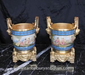 Paire porcelaine de Sèvres Cache Pots Chérubin Planters Ormolu Français