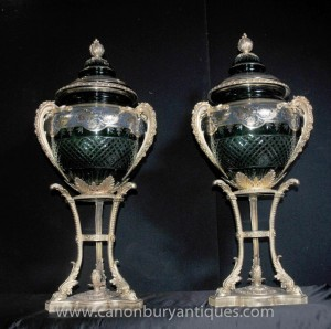 Paire Empire français Grand Cut Glass Urnes Vases Ormolu Stands