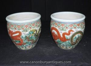 Paire chinoise Ming en porcelaine dragon Planters Pots Urnes