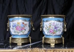 Paire française porcelaine de Sèvres Floral Planters Pots de cache