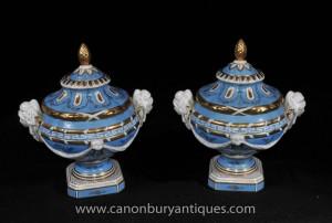 Poignées paire allemande Dresde porcelaine soupières Lidded Urnes Cherub