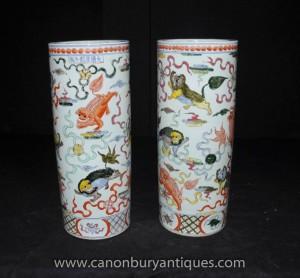 Paire chinoise Ming en porcelaine peinte Urnes parapluies Vases main
