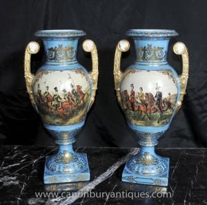 Paire française Sèvres Vases en porcelaine militaires Amphora Urnes