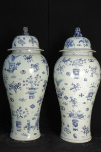 Big Pair Bleu et Blanc Porcelaine chinoise Ming Amphora Lidded Urnes Vases