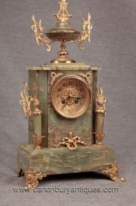 Empire français Antique Pendule en marbre Ormolu Temps