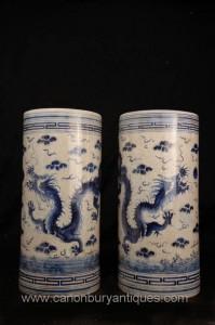 Paire Bleu et Blanc Porcelaine chinoise dragon Vases parapluies