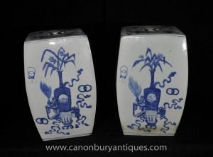 Paire Ming porcelaine bleue et blanche Cube Vases Jardin Tabouret