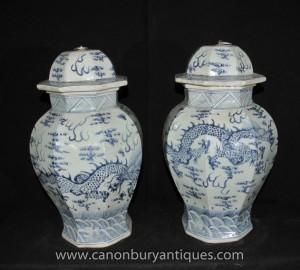 Paire Ming porcelaine bleue et blanche Temple Pots Vases en céramique chinoise Urnes