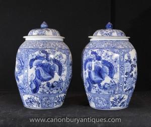 Paire chinoise Ming porcelaine bleue et blanche Temple Jars Lidded Urnes