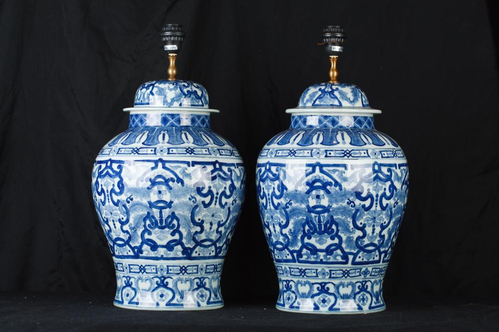 Paire Bleu et Blanc Porcelaine chinoise Urne Lampes Ginger Jar Lampes de table