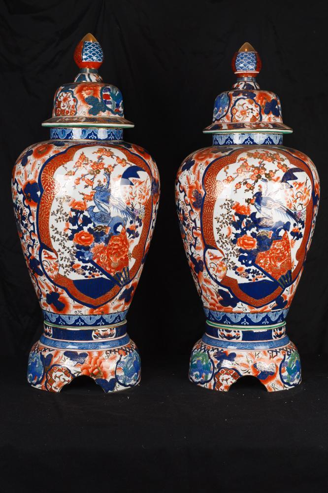 Paire japonaise porcelaine Imari à couvercle Urnes Vases