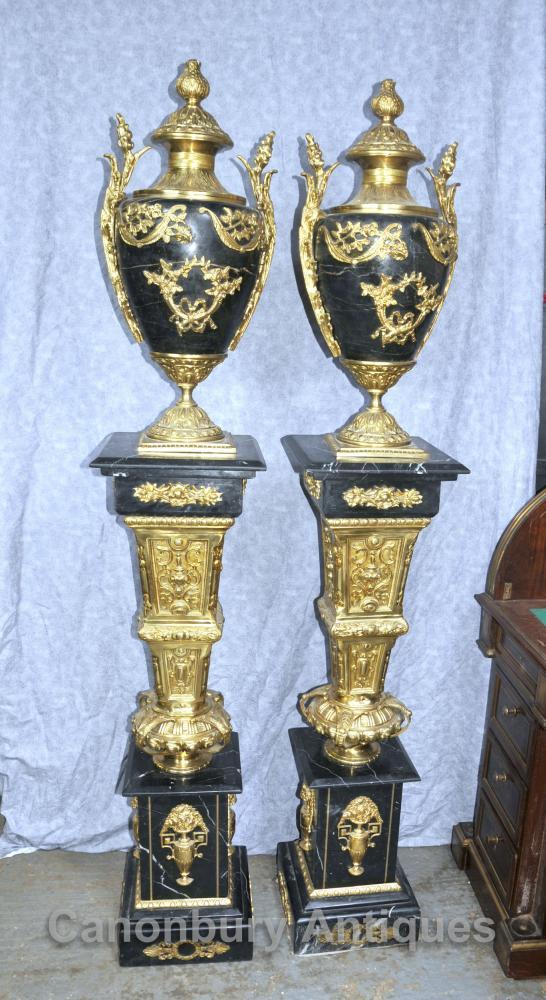 Paire Empire français Marbre Amphora Urnes sur Stands de piédestal