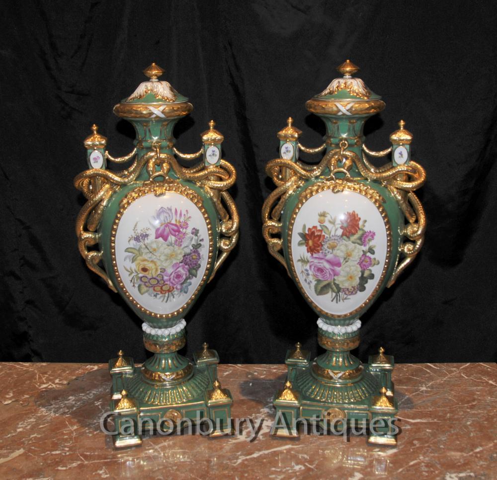Paire porcelaine de Sèvres Floral Vases Amphora Urnes Poignées de serpent
