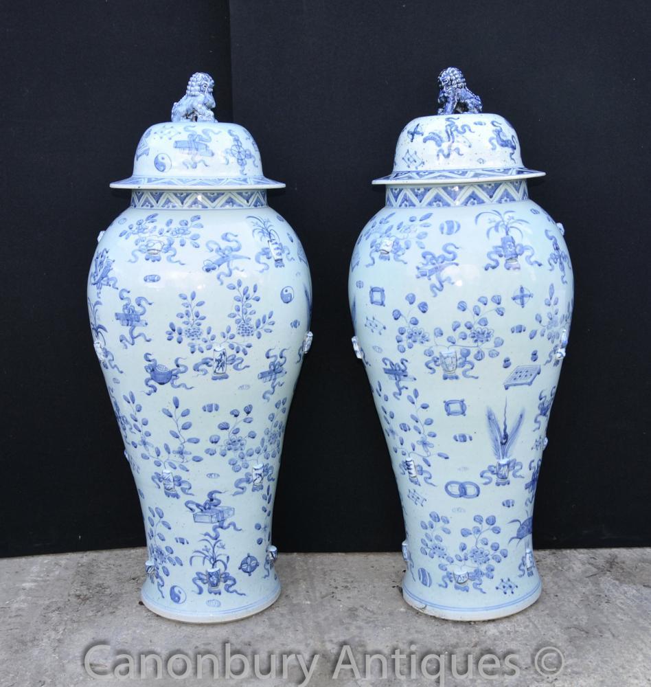 Paire Grand Bleu et Blanc Ming en porcelaine à couvercle Urnes Vases Temple