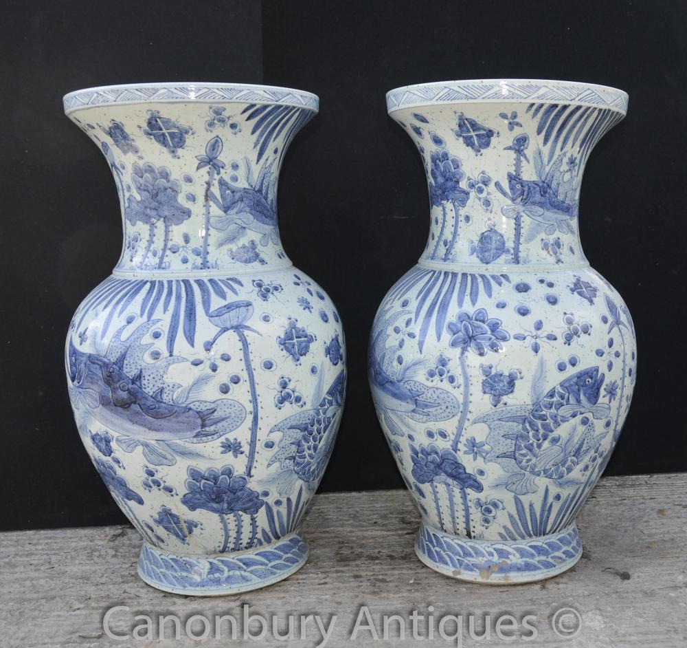 Paire chinois Kangxi porcelaine bleue et blanche Bulbous Vases Urnes