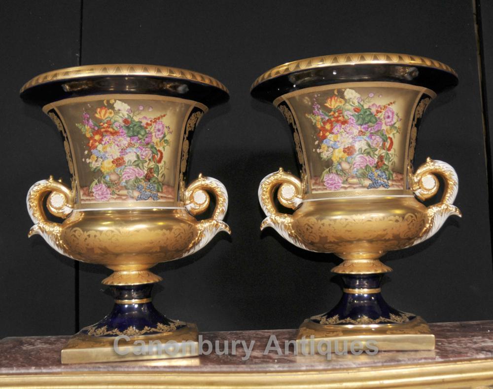 Paire française Sevres Porcelaine Floral Vases Lidded Urnes