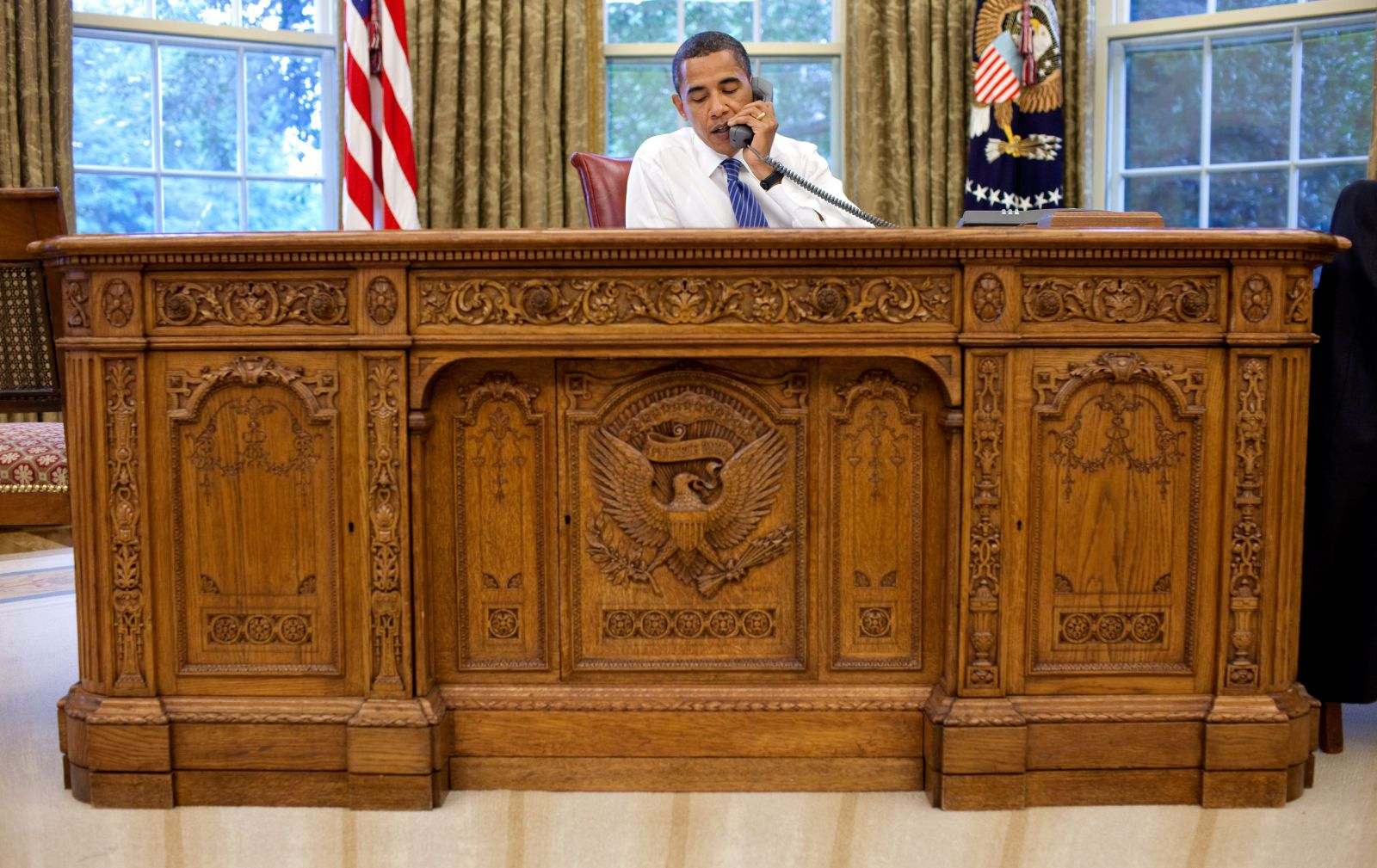 Barack_Obama_sitting_at_the_Presidents desk