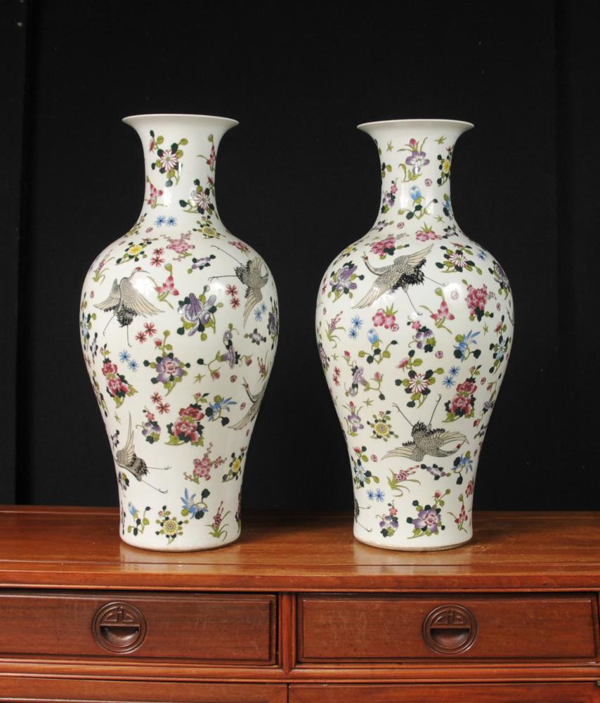 Paire chinois Qianlong porcelaine Floral Grues Urnes en céramique