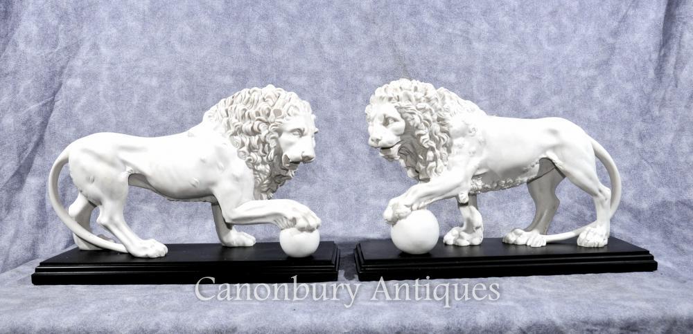 Paire italienne pierre Medici Lions Statues Paw billes Chats