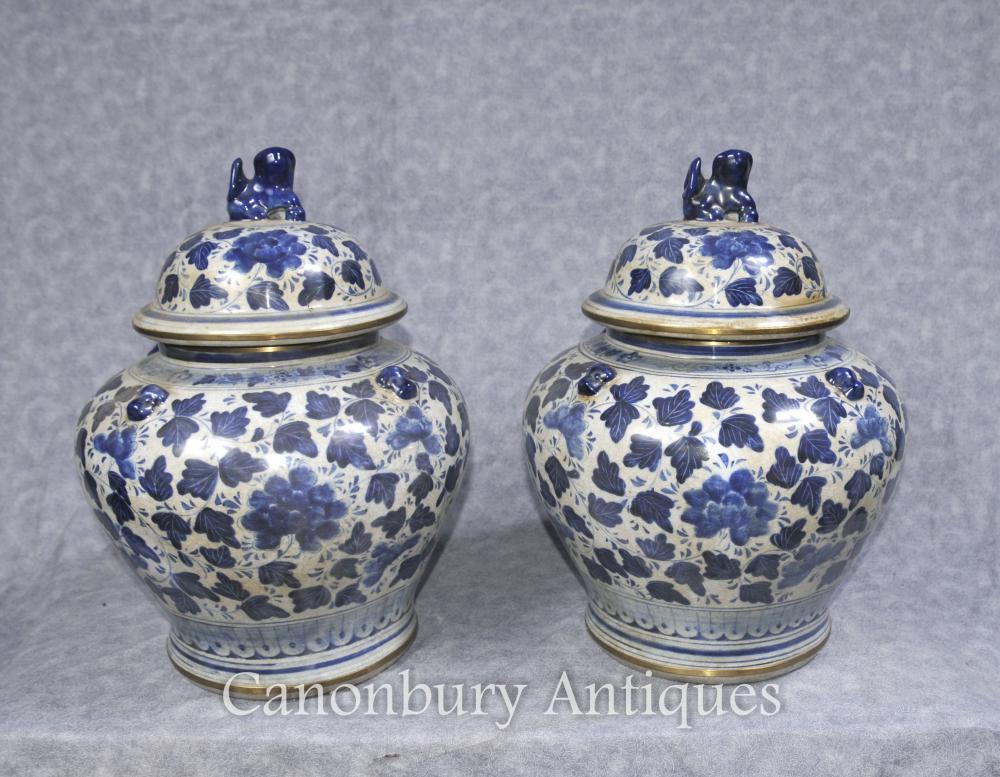 Paire bleu et blanc porcelaine chinoise à couvercle Urnes Vases Pots Pots Kangxi