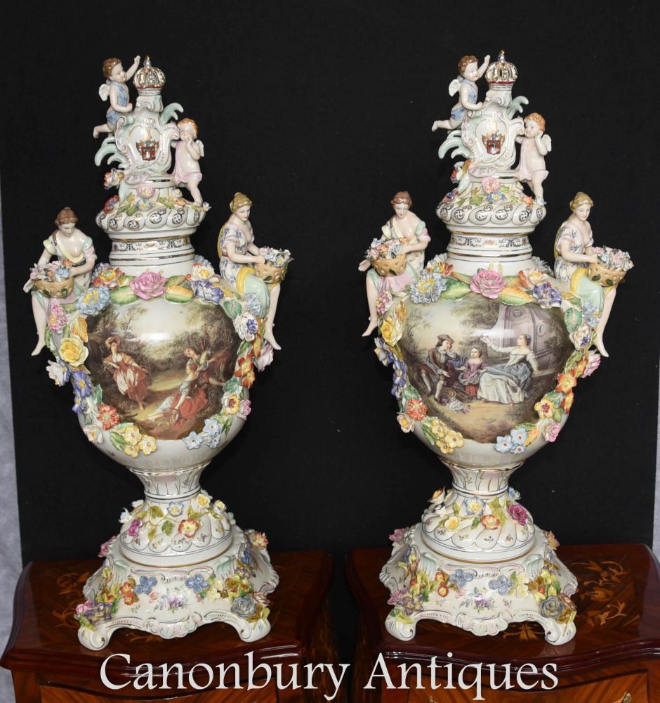 Paire Dresden Porcelain Urns sur Stands incrustent de Vases poterie allemand