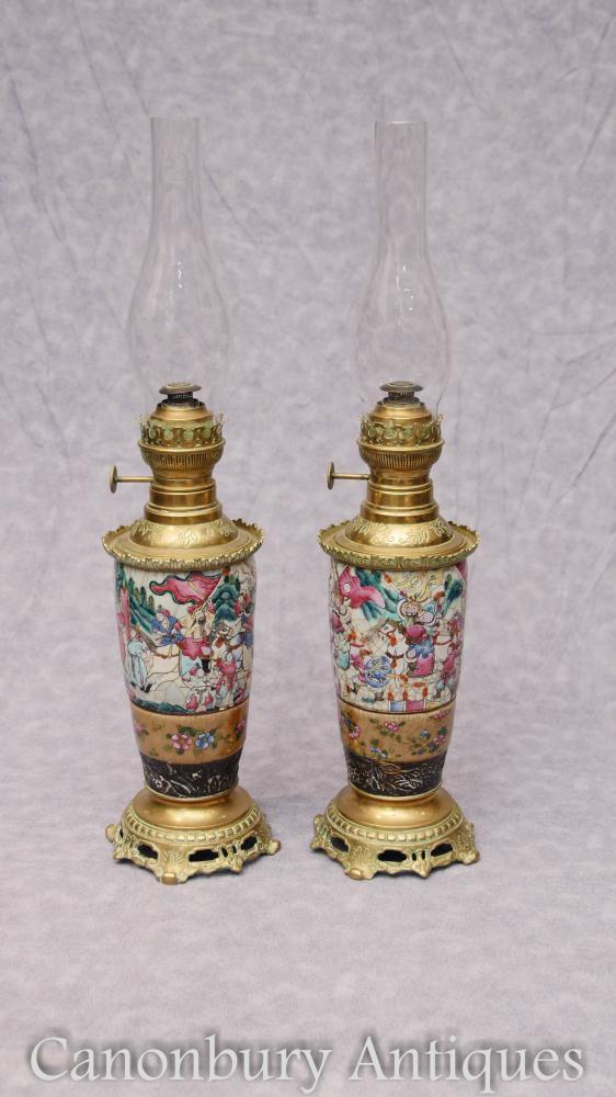 Paire De Lampes A L Huile En Porcelaine Cantonaise Chinoise Ancienne