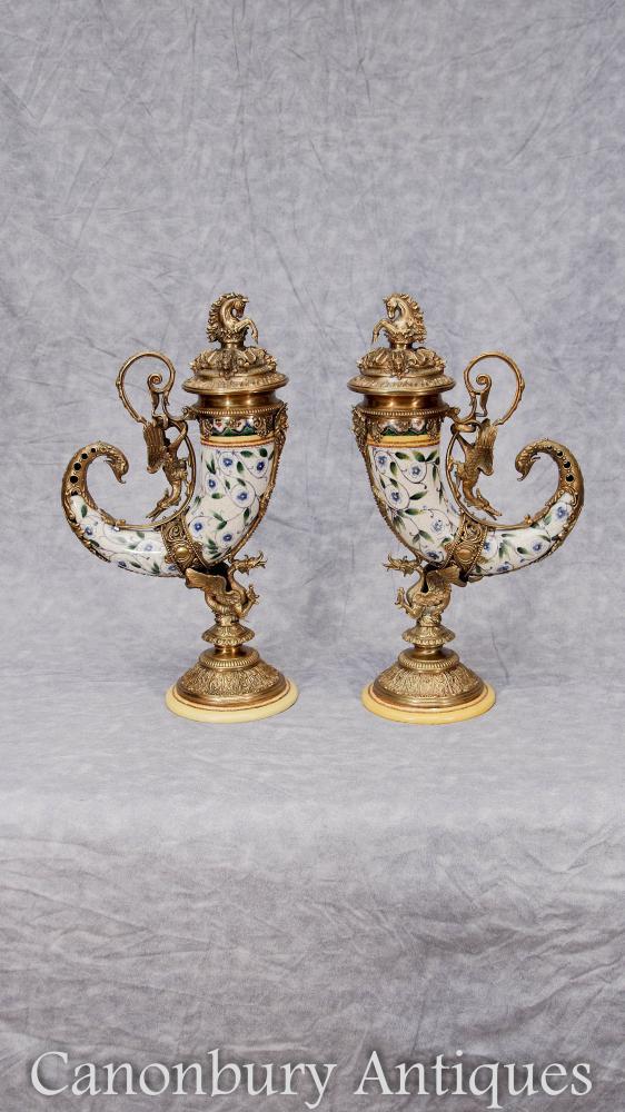 Paire de porcelaine Cornucopia Vases Urnes français Ormolu Dragons Horn of Plenty