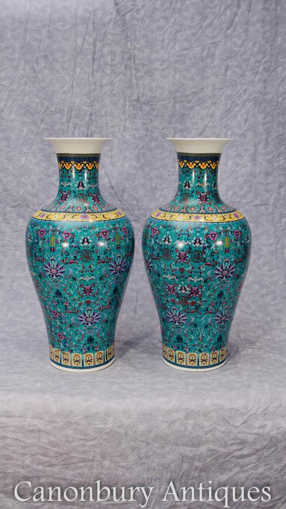 Paire de vases en porcelaine chinois Qianlong Urnes Arabesques