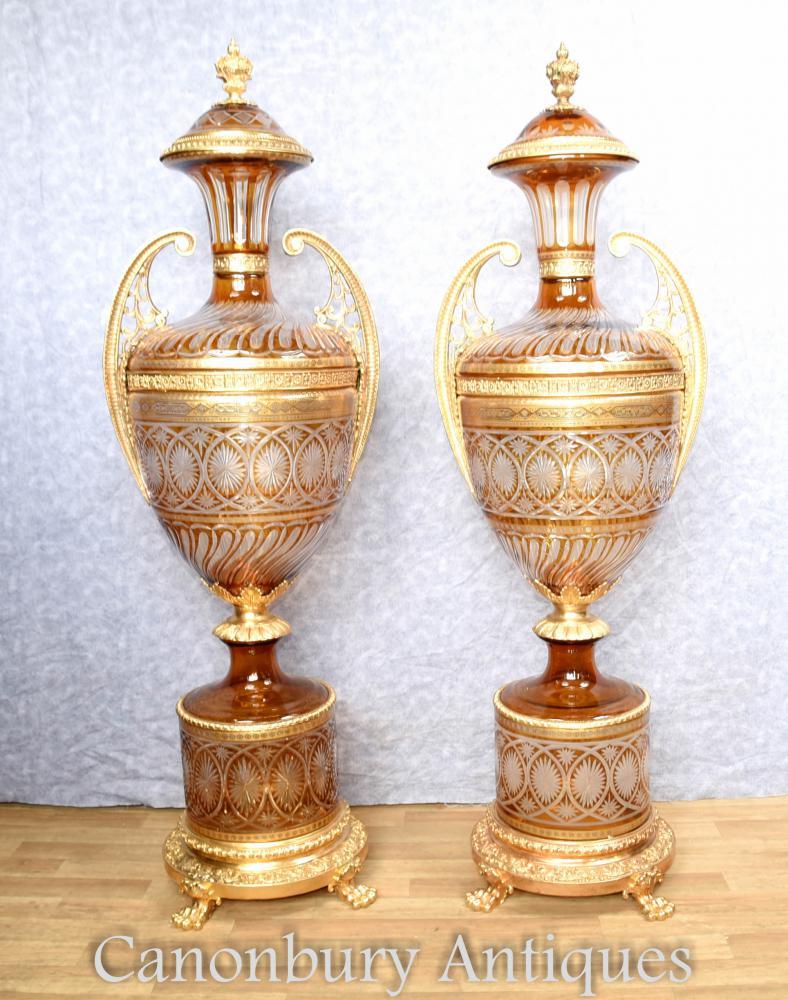 Paire de grandes urnes de verre coupé en français sur des supports de piédestal Vases Empire