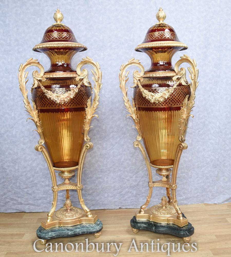 Paire de grands buffets d'amphore en verre coupé en France Vases Louis XVI