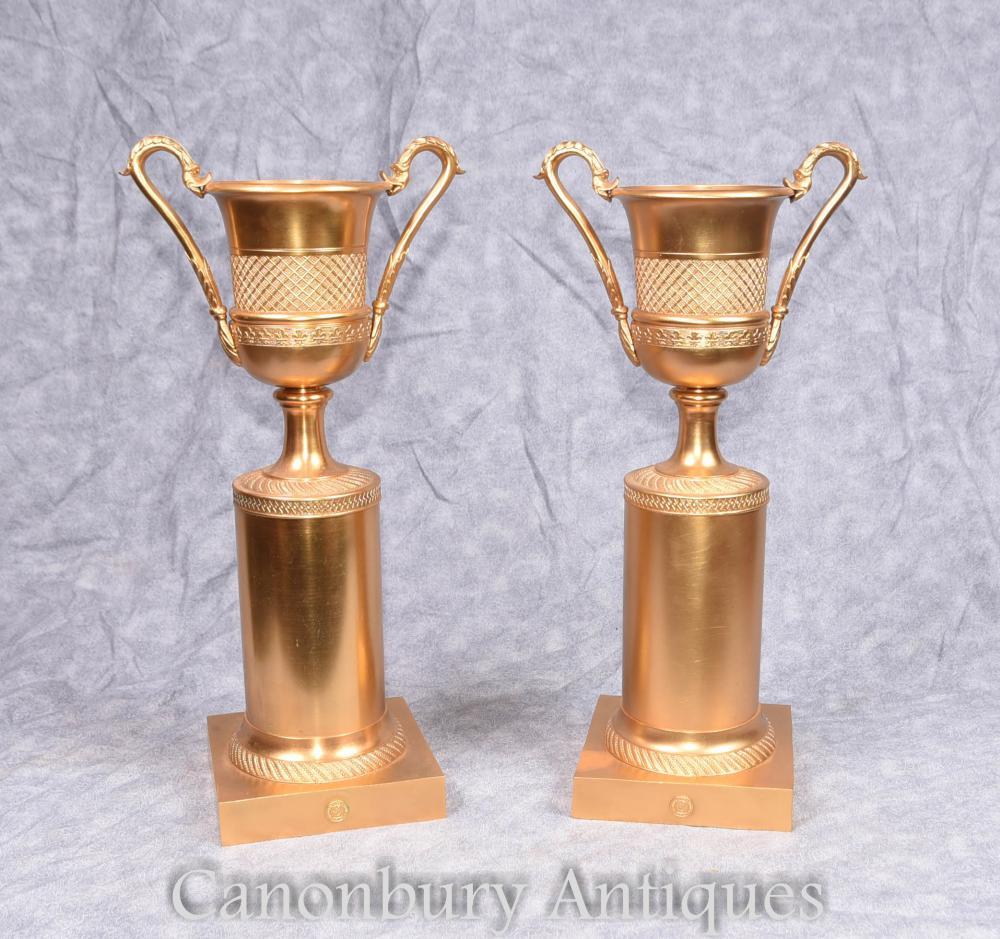Paire d'urnes de l'Ormolu Campana français sur le socle de piédestal