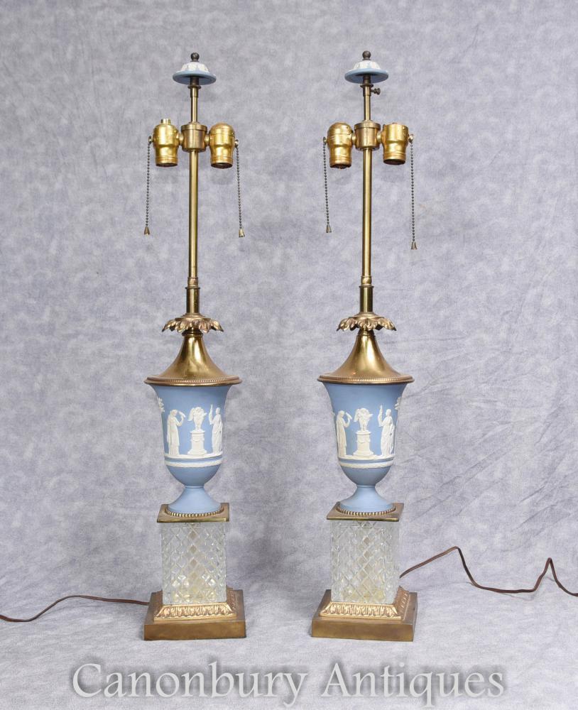 Paire de lampes de table Wedgewood avec des bases en cristal coupé
