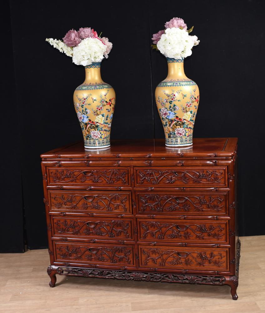Paire de grandes commodes chinoises sculptées à la main Commodes
