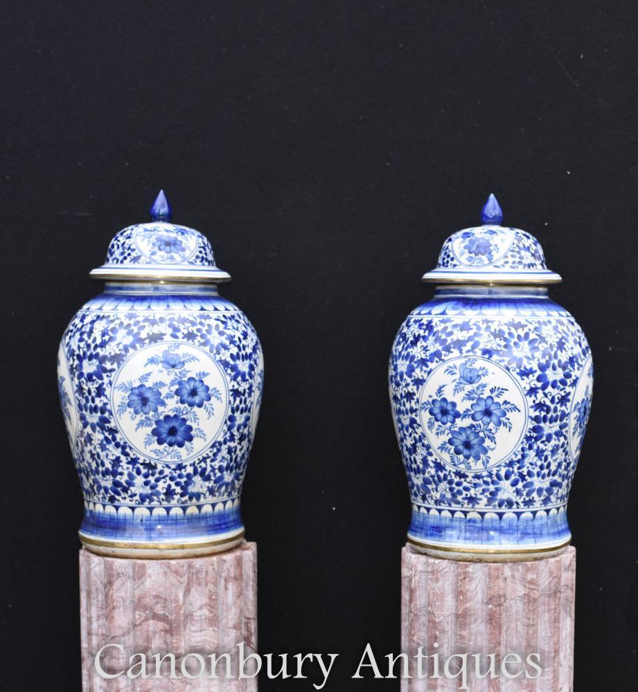 Paire d'urnes à couvercle en porcelaine de Nankin bleu et blanc