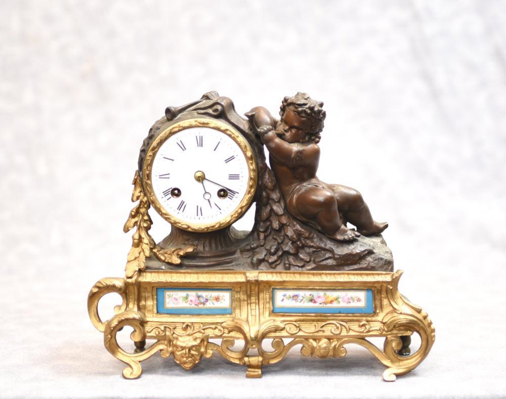 Horloge Antique à Manteau - Plaques en Bronze Chérubin et Porcelaine de Sèvres
