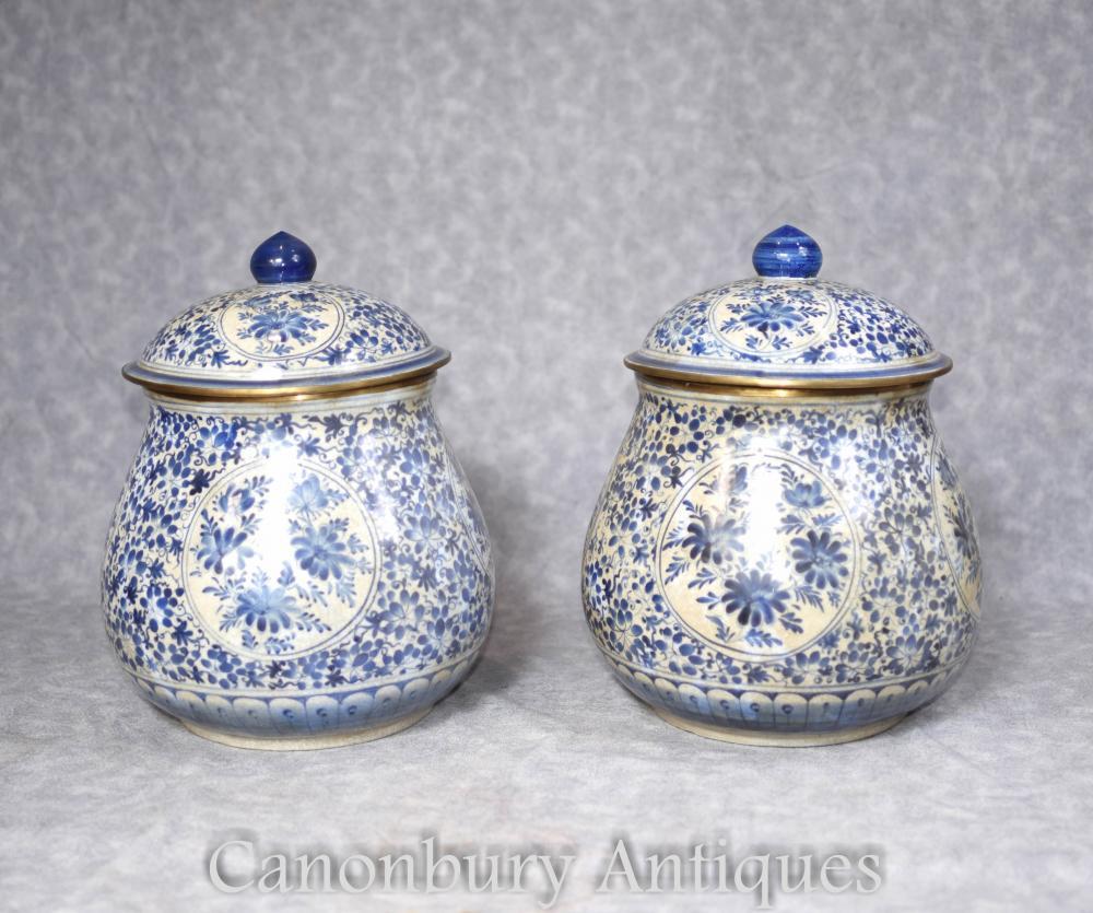 Paire de vases à couvercles en porcelaine de Chine bleu et blanc
