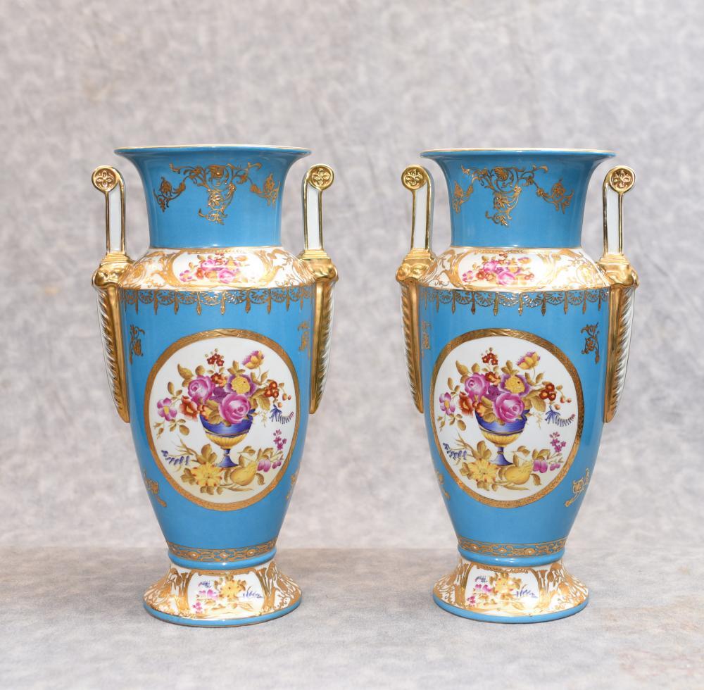 Paire de vases à fleurs en porcelaine de Paris Sevres
